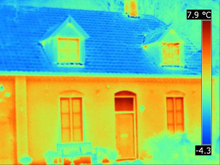 Thermografie van een woonhuis toont problemen in de isolatie